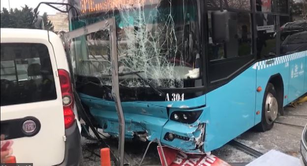 İstanbul'da halk otobüsü kaza yaptı