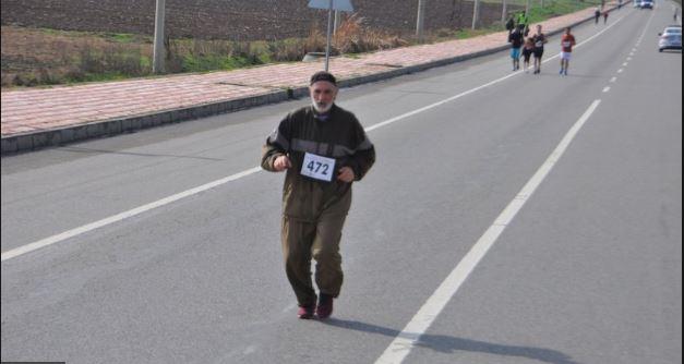 70 yaşındaki yaşlı adam maratona damga vurdu