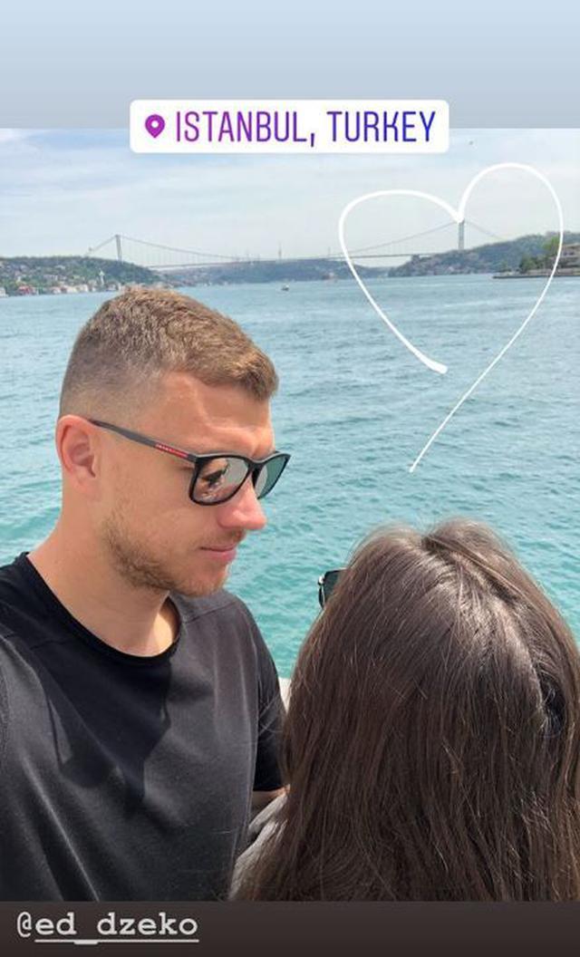 Yıldız futbolcunun eşi Amra Silajdžić Džeko ise İstanbul'da