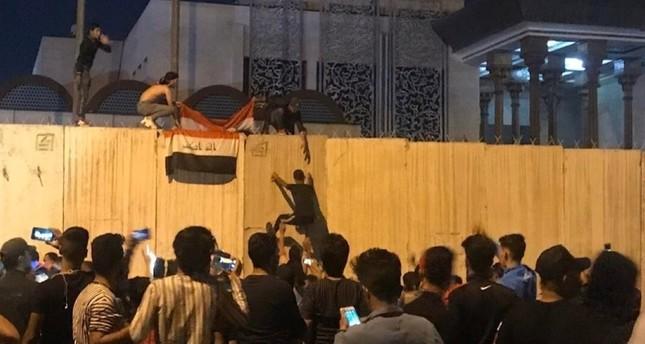 العراق.. متظاهرون يحاصرون قنصلية إيران بكربلاء