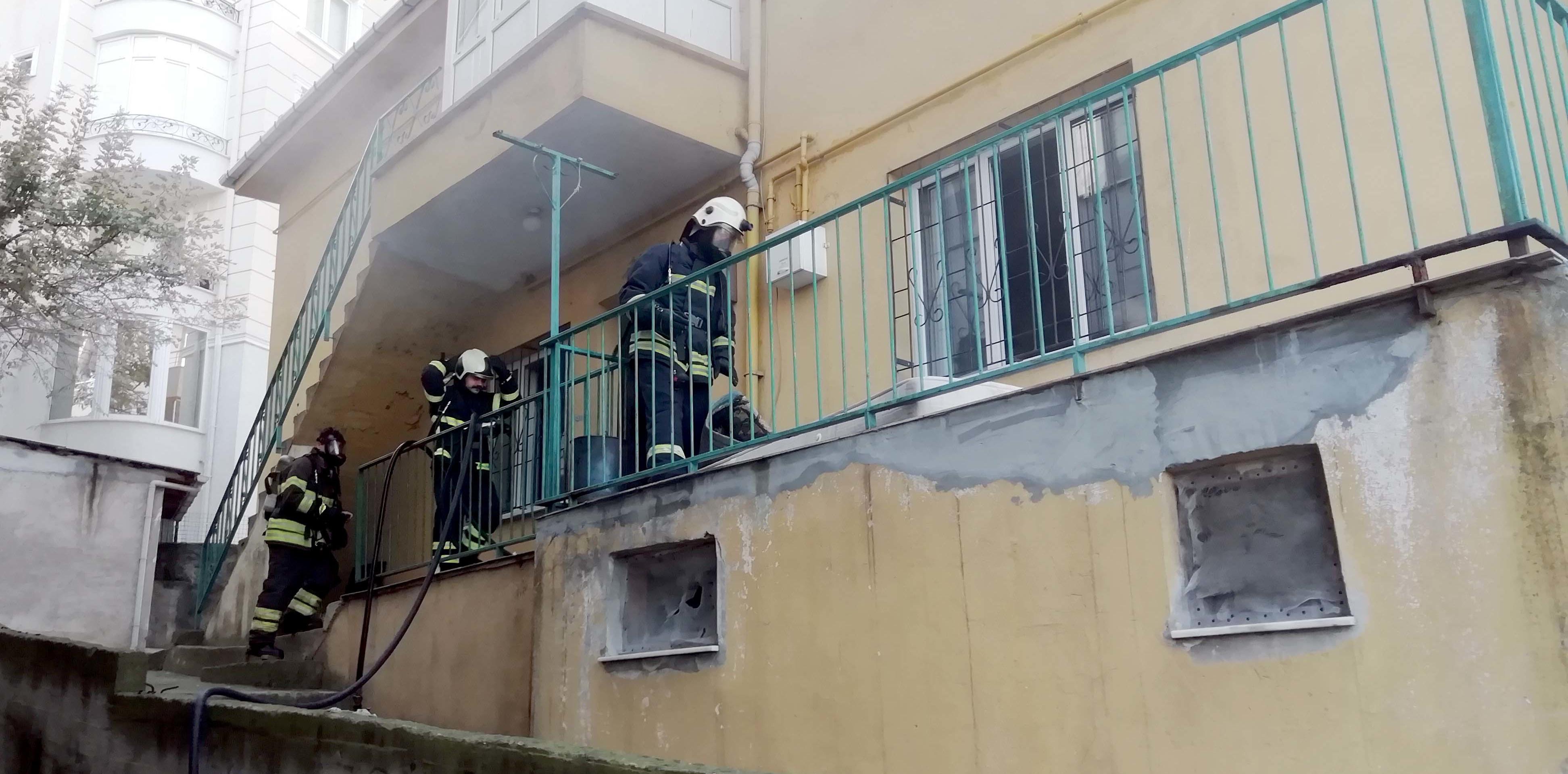 Kocaeli'de bir evde yangın çıktı: Mahsur kalan 3 çocuk kurtarıldı